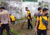 Bersihkan Taman Makam Pejuang