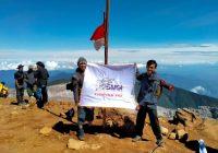 Pengurus SMSI Pali Kibarkan Merah Putih di Puncak Gunung Dempo